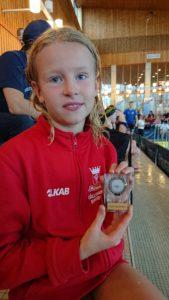 Lova Grimbord med silvermedaljen i handen.